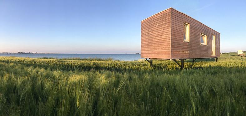 Ein Popup-Coworking-Container auf einem Feld an der Nordseeküste