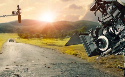 Kamera und Mikrophon vor einer Landstraße