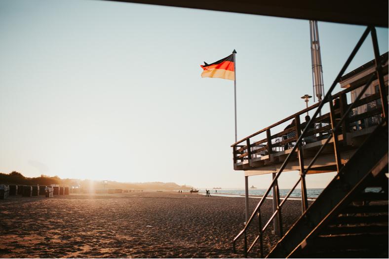 Rettungsschwimmer-Turm am Heringsdorfer Strand in der Abendsonne.