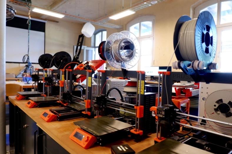 Mehrere 3-D-Drucker stehen auf einem Tisch