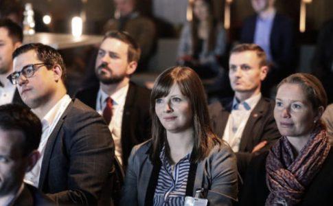 Vertreterinnen und Vertreter des Netzwerks Junger Bürgermeisterinnen sitzen bei einer Diskussionsveranstaltung im Publikum.